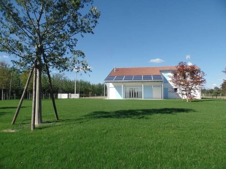 บ้านและที่อยู่อาศัย by Laboratorio di Architettura di Lamon Arch. Luciano