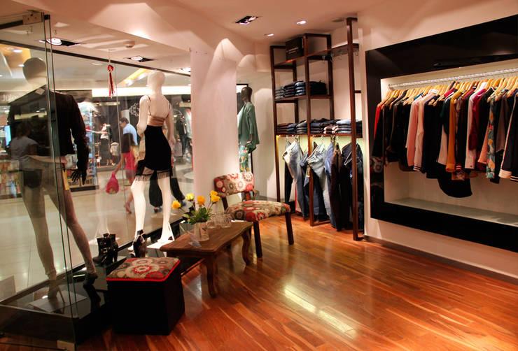 Ideas para interior de local comercial de ropa para mujeres: Oficinas y locales comerciales de estilo  por Hornero Arquitectura y Diseño
