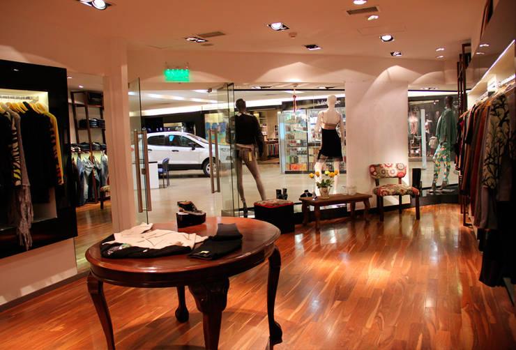Interior de local comercial y diseño de vidrieras: Oficinas y locales comerciales de estilo  por Hornero Arquitectura y Diseño