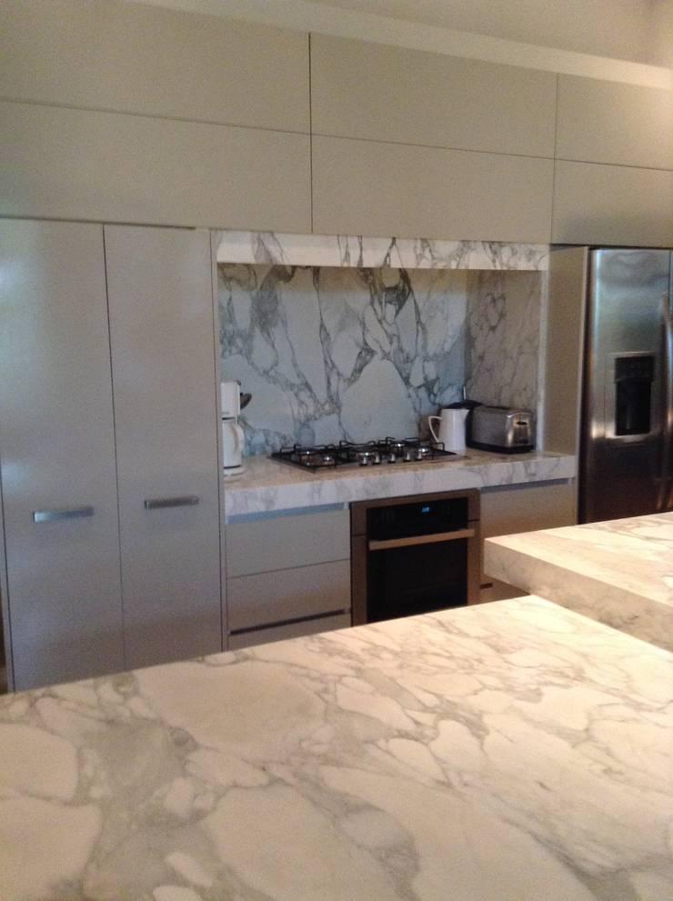 Mobiliario de cocina laqueado en color gris, cajones y puertas con sistema de cierre suave.: Cocinas de estilo  por Espacio Gaddi,