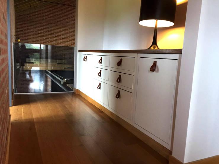 Vista lateral: Pasillos, vestíbulos y escaleras  de estilo  por Espacio Gaddi,