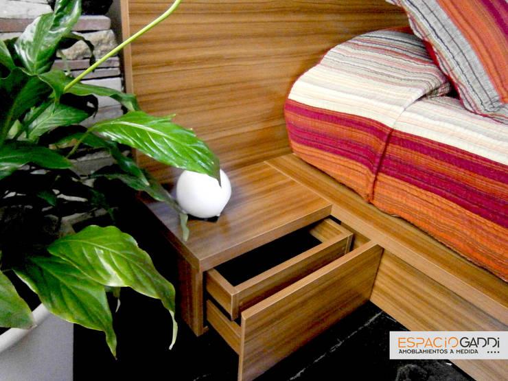 Cajonera con cajón oculto:  de estilo  por Espacio Gaddi,Moderno Madera Acabado en madera