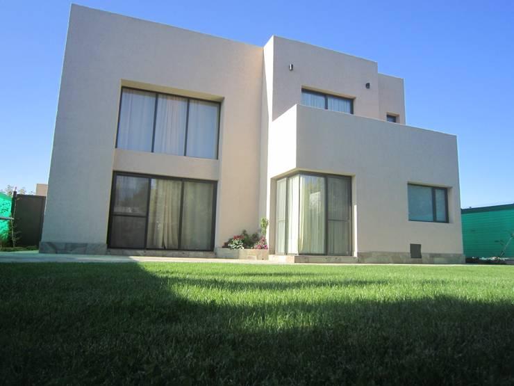 VIVIENDA VISTAPUEBLO I: Casas de estilo  por Arq. Leticia Gobbi & asociados,