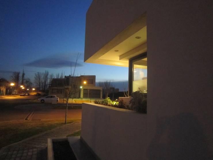 VIVIENDA TORREON I: Casas de estilo  por Arq. Leticia Gobbi & asociados