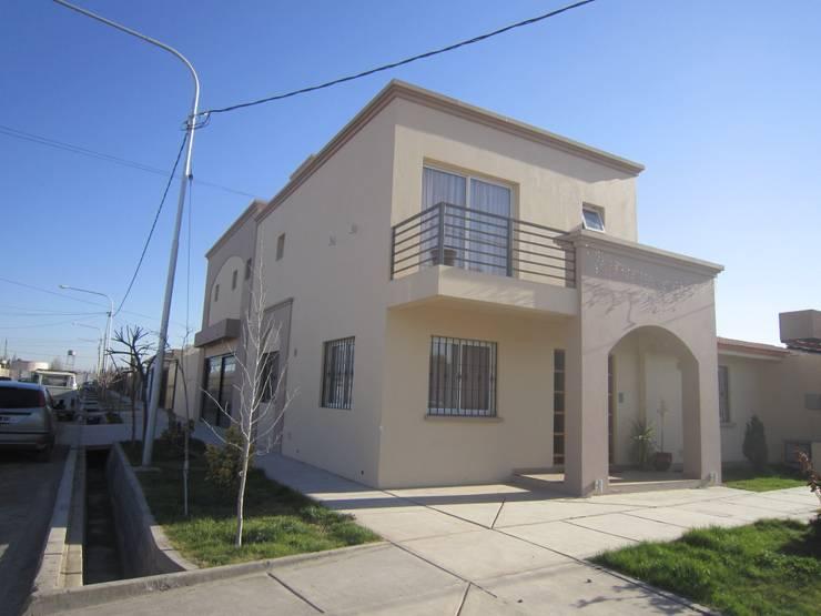VIVIENDA RAYEN CURA: Casas de estilo  por Arq. Leticia Gobbi & asociados