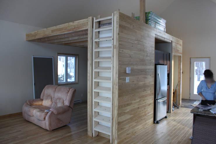 Escalera cerrada: Pasillos y recibidores de estilo  por EnTRE+