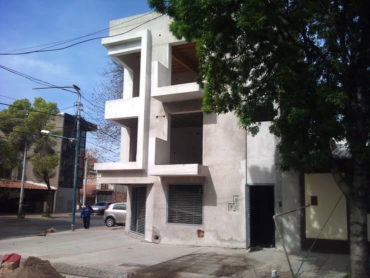 EDIFICIO OFICINAS O'HIGGINS: Edificios de Oficinas de estilo  por Arq. Leticia Gobbi & asociados,