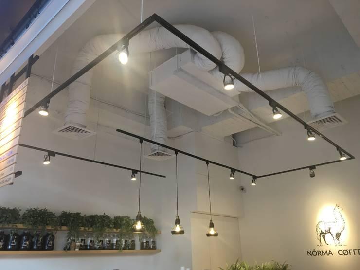 諾馬連鎖咖啡廳 信義店:  牆面 by 捷士空間設計(省錢裝潢)