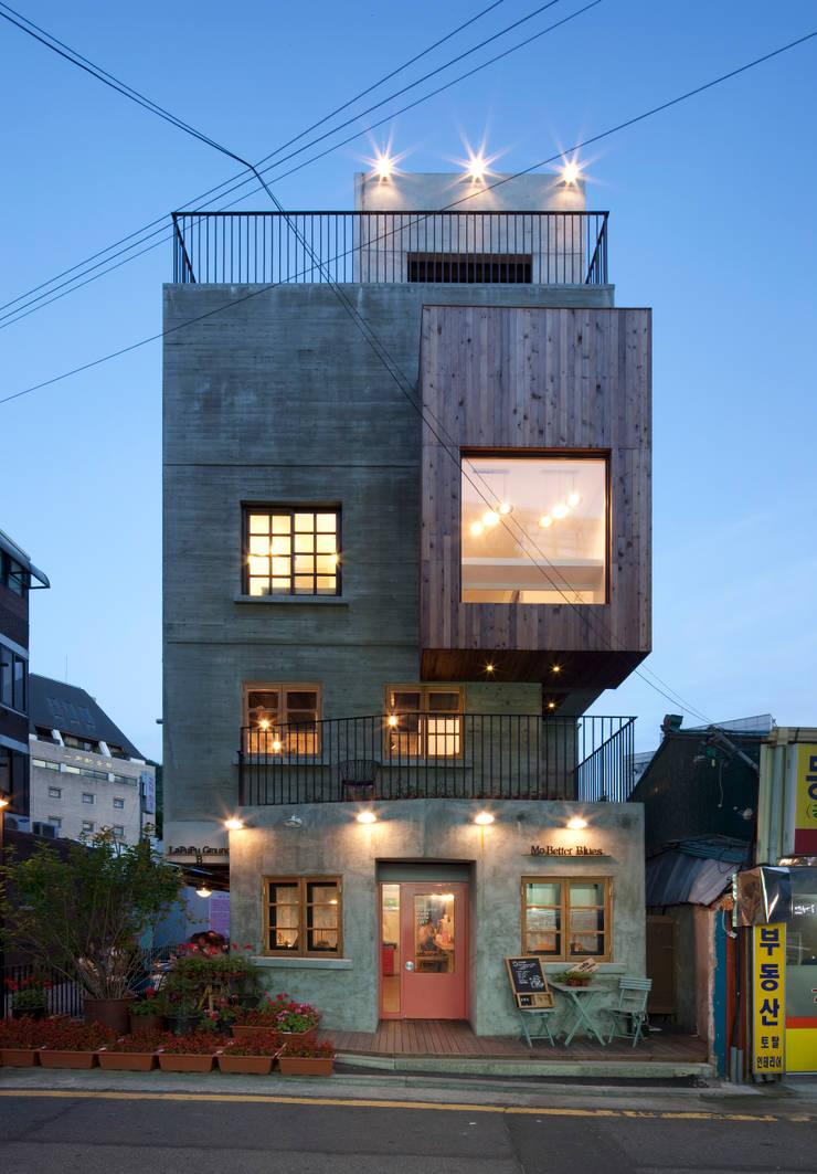 정면 야경: (주)건축사사무소 모도건축의  주택,모던 콘크리트