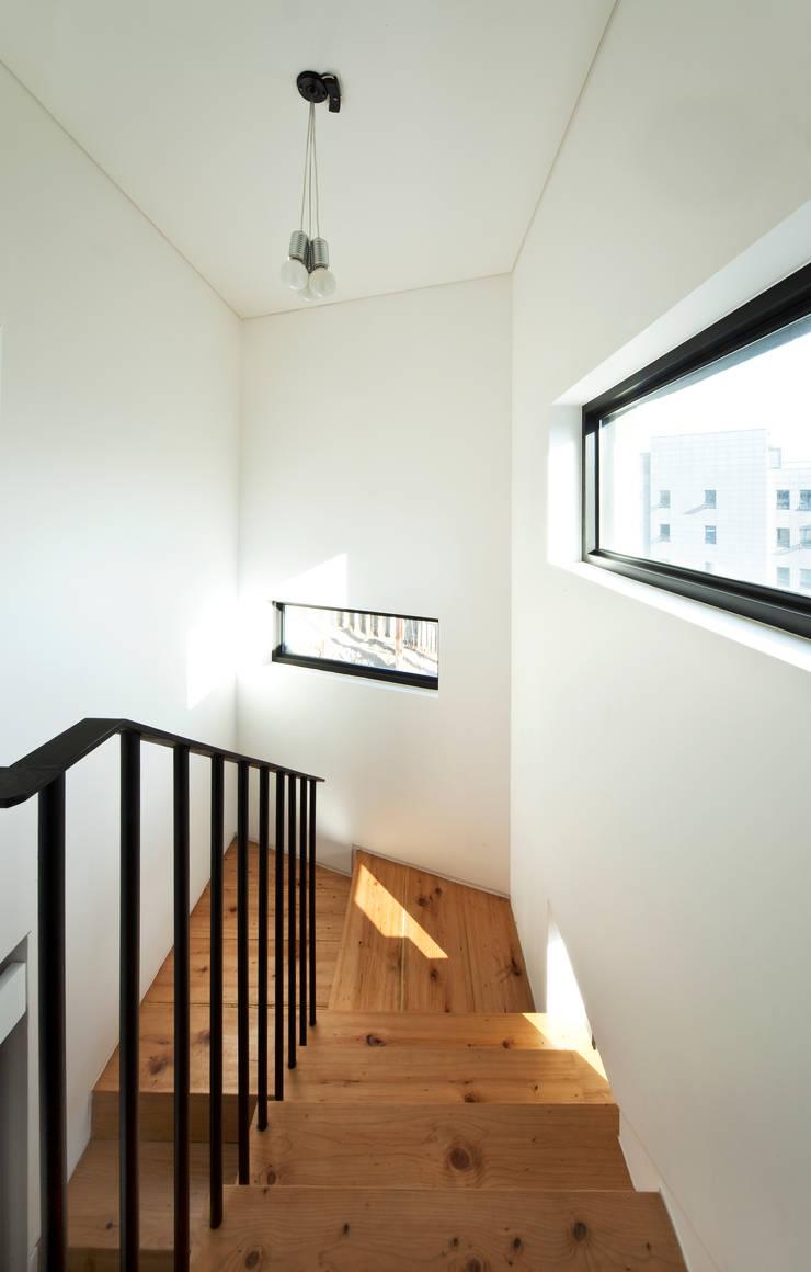 계단실: (주)건축사사무소 모도건축의  복도 & 현관,모던 MDF