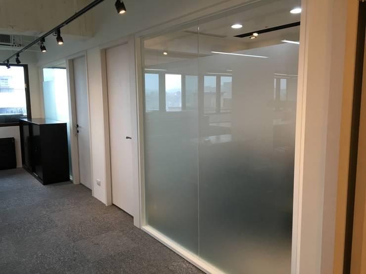 兼具舒適與美觀的辦公空間:  房子 by 捷士空間設計(省錢裝潢)