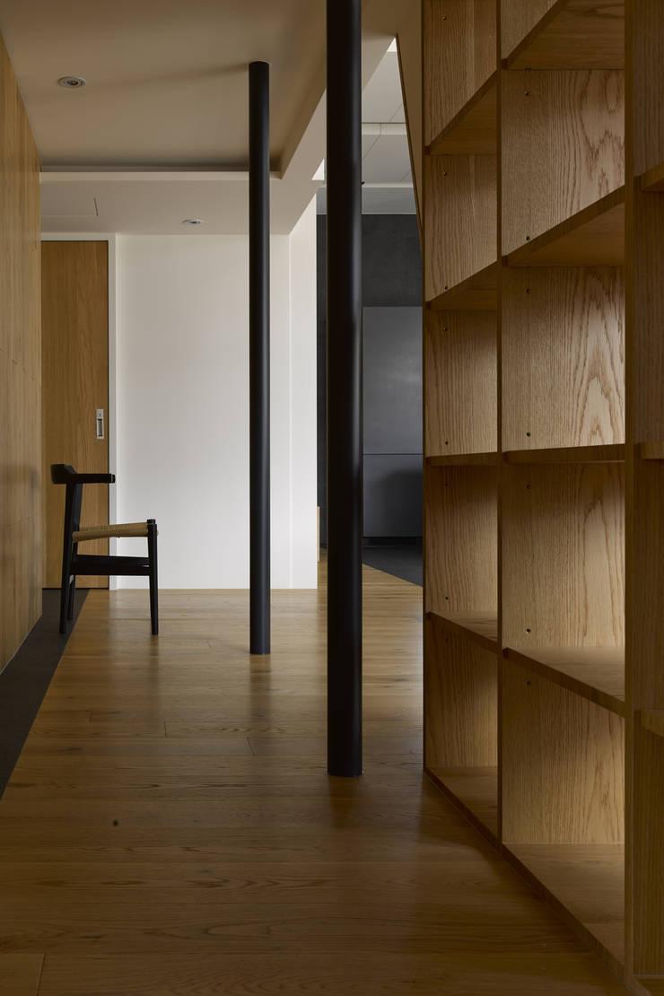 40號‧隱秩序:  走廊 & 玄關 by 洪文諒空間設計