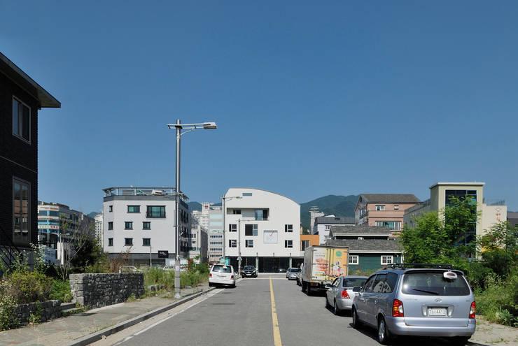 동측 전경: (주)건축사사무소 모도건축의  주택,