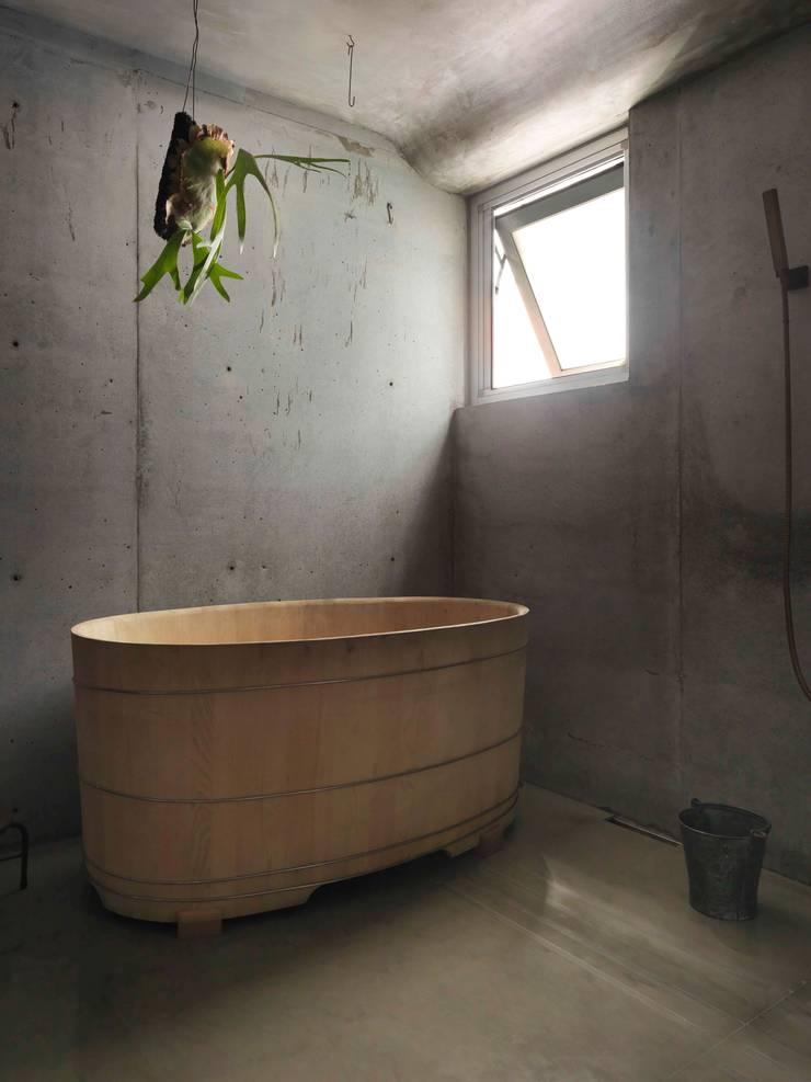 置一檜木浴桶,整室芬芳:  浴室 by 本晴設計