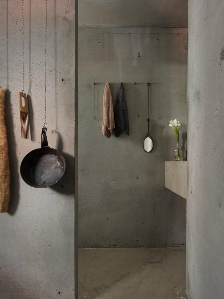 水泥叢林_自宅:  浴室 by 本晴設計