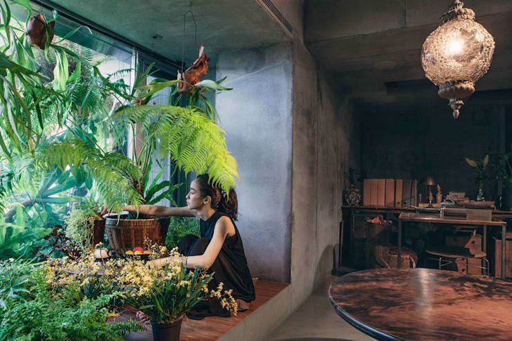 """將原本外推的陽台退回,透過植栽將西曬最強的區域重新""""野生""""。:  庭院 by 本晴設計"""