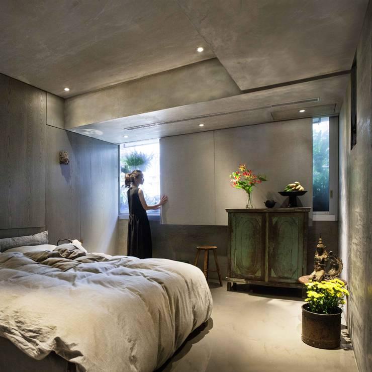 水泥分為的家異常靜謐,讓人可以從容休息,待上一段生命的時光。:  臥室 by 本晴設計