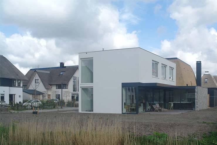 zuidwest gevel:  Huizen door Studio Blanca, Modern
