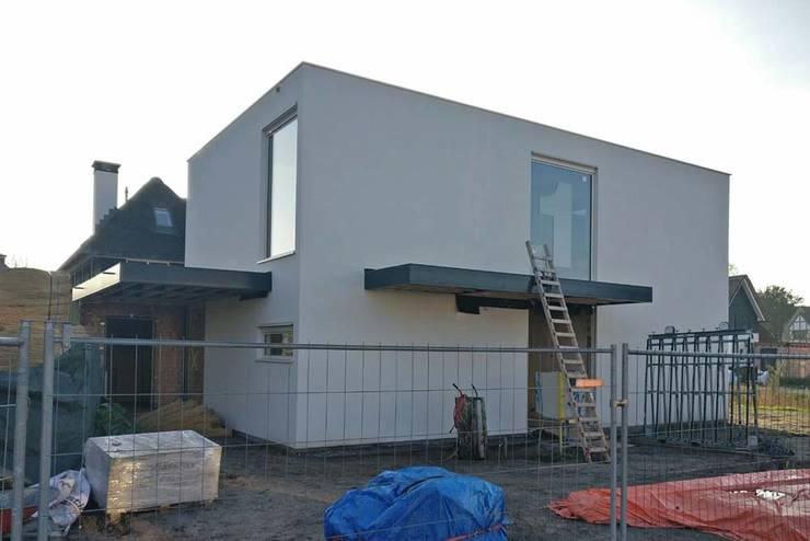 noordoost gevel:  Huizen door Studio Blanca, Modern