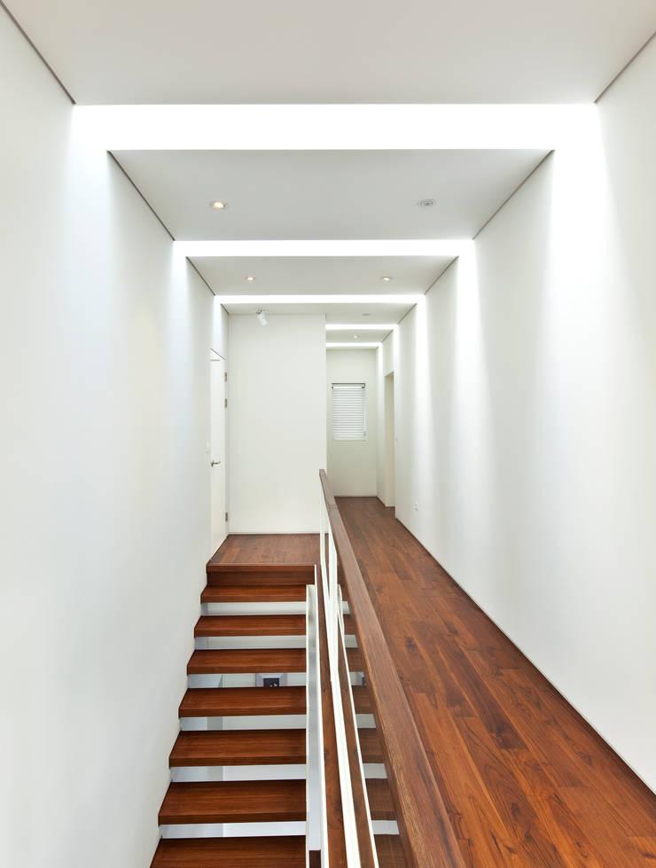 2층 계단과 복도: (주)건축사사무소 모도건축의  복도 & 현관