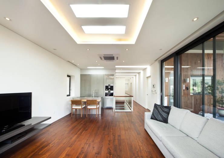 2층 가족실과 보조주방: (주)건축사사무소 모도건축의  거실