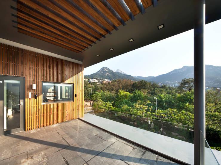 2층 테라스: (주)건축사사무소 모도건축의  베란다