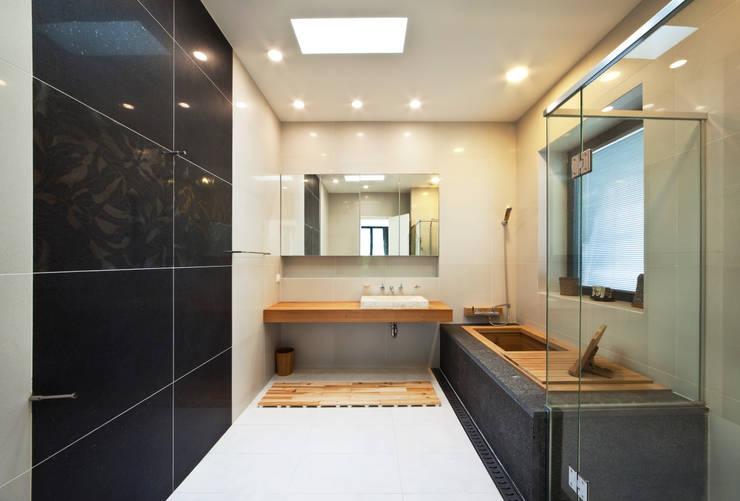 2층 욕실: (주)건축사사무소 모도건축의  욕실,