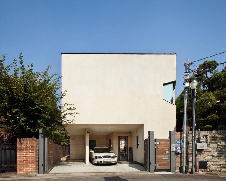 남서측 외관: (주)건축사사무소 모도건축의  주택,모던 사암