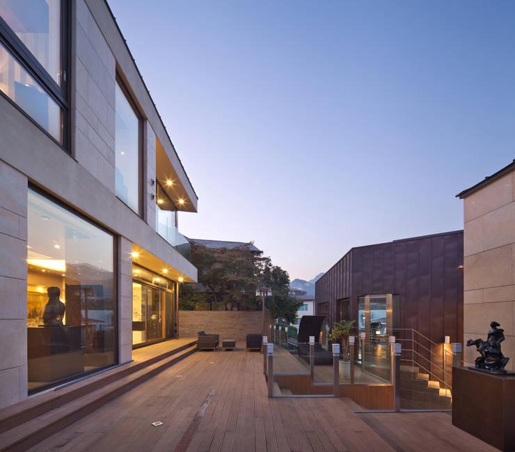 북동측 외관과 정원: (주)건축사사무소 모도건축의  정원,모던 우드 우드 그레인