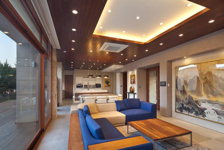 1층 거실: (주)건축사사무소 모도건축의  거실,모던 타일