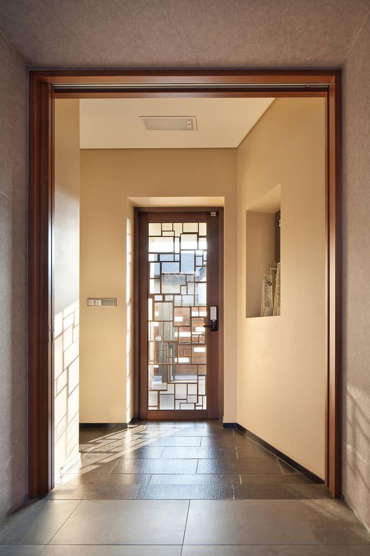 1층 현관: (주)건축사사무소 모도건축의  복도 & 현관,모던 우드 우드 그레인