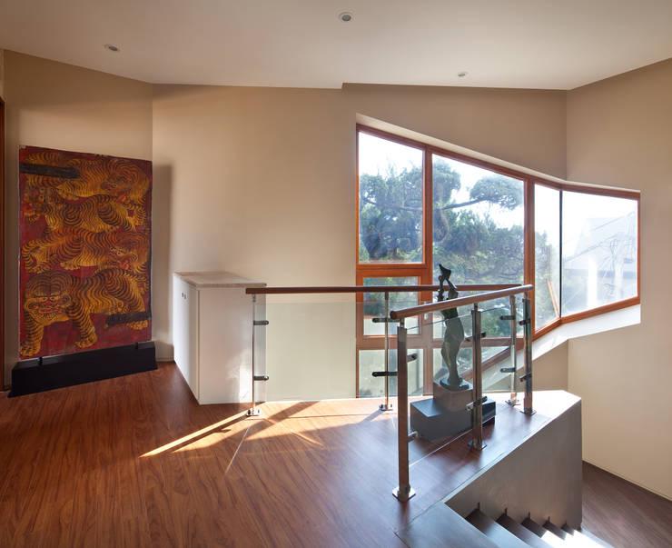 2층 홀: (주)건축사사무소 모도건축의  복도 & 현관,모던 엔지니어드 우드 투명