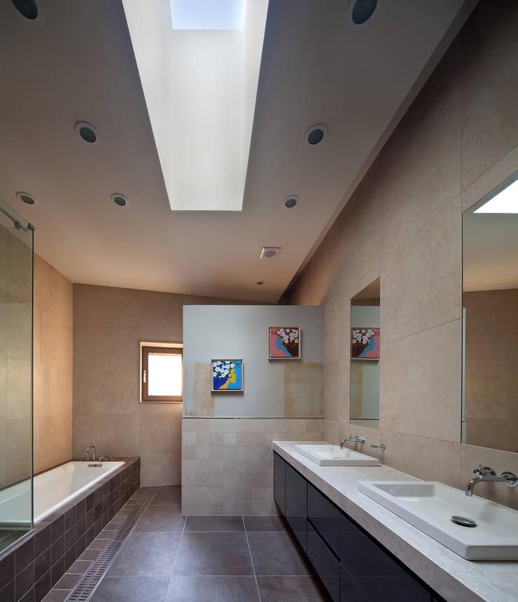 2층 욕실: (주)건축사사무소 모도건축의  욕실,모던 타일