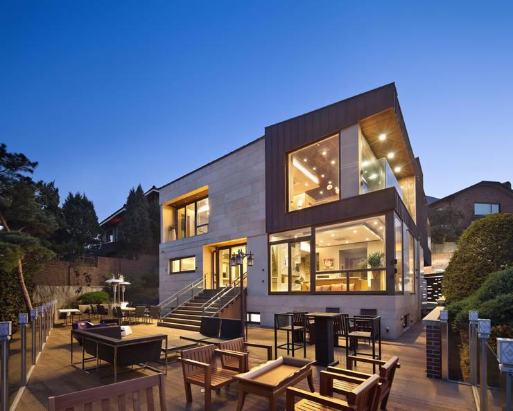 북동측 외관: (주)건축사사무소 모도건축의  주택