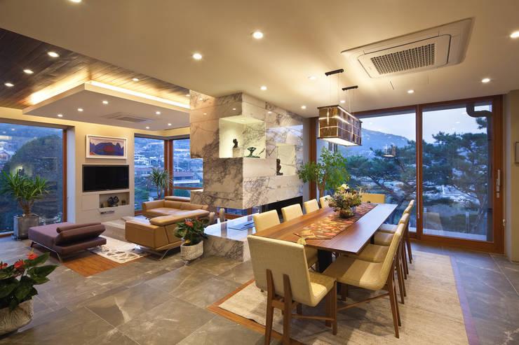 1층 식당과 거실: (주)건축사사무소 모도건축의  다이닝 룸
