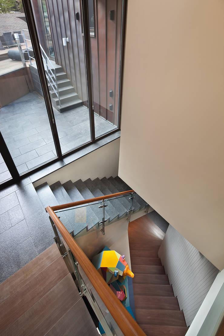 계단: (주)건축사사무소 모도건축의  복도 & 현관