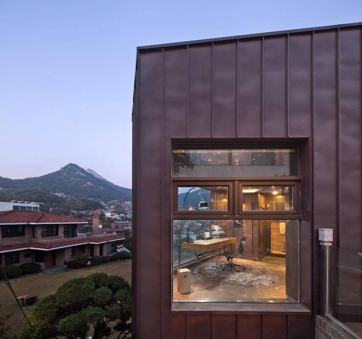 2층 선룸 외관: (주)건축사사무소 모도건축의  주택