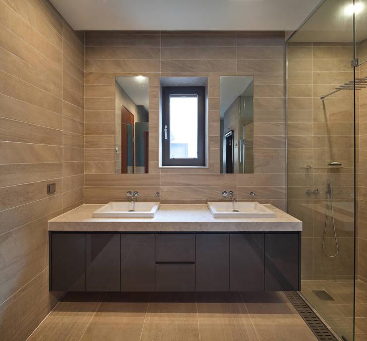 2층 욕실: (주)건축사사무소 모도건축의  욕실