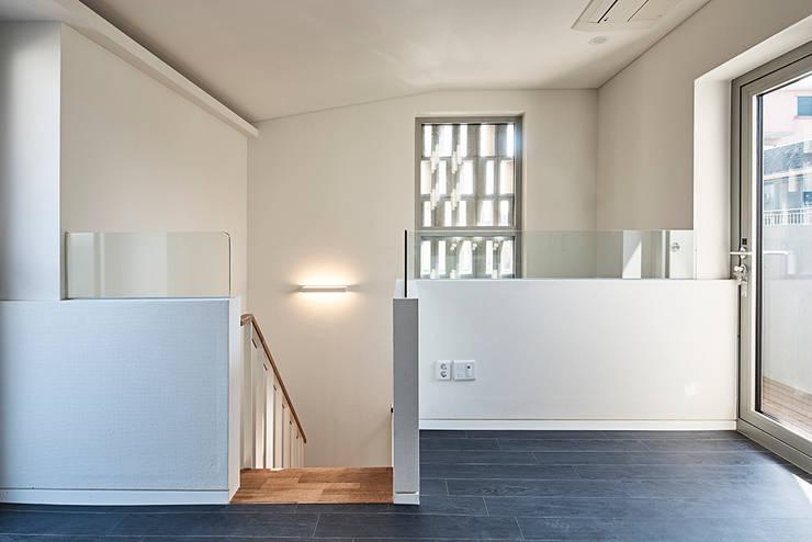 여림 주택 내부: 건축사사무소 어코드 URCODE ARCHITECTURE의  침실