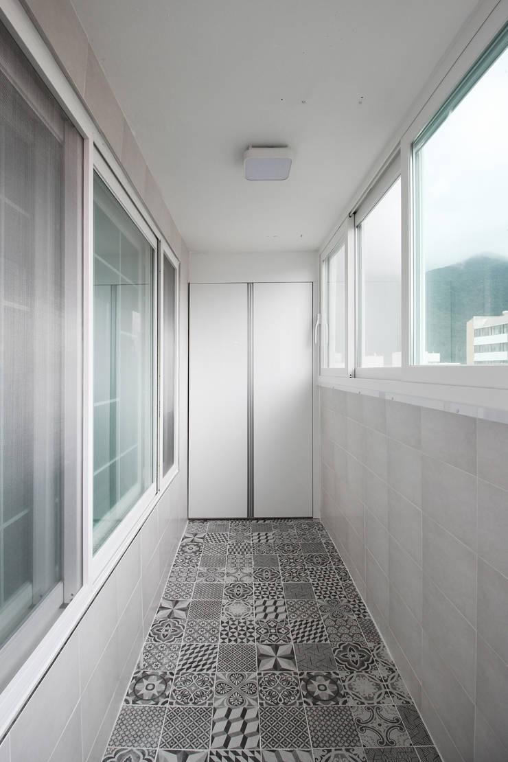 창원시 성산구 대방동 성원 3차아파트 인테리어: 까사델오키드의  베란다,