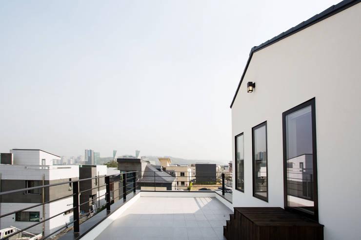 Projekty, nowoczesne Domy zaprojektowane przez 창조하우징