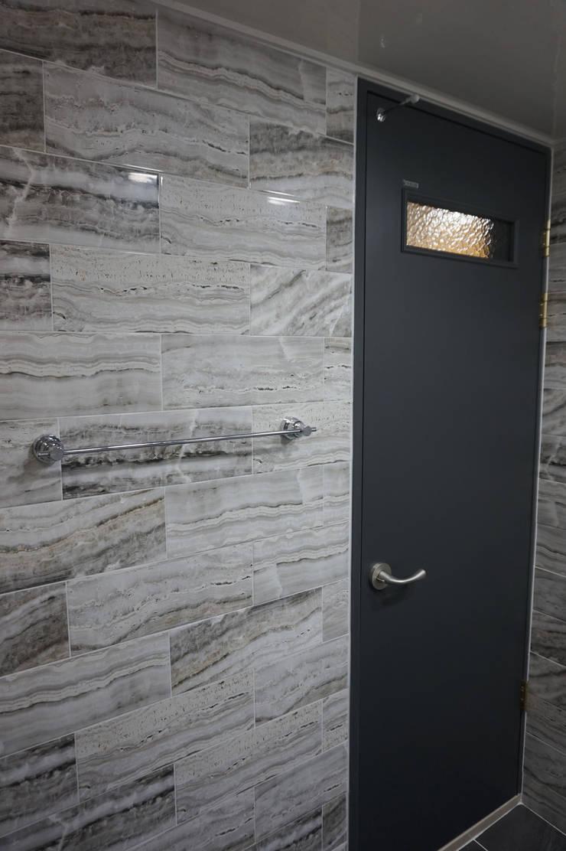 30평대 웨인스코팅 인테리어: 빅터인디자인그룹의  욕실