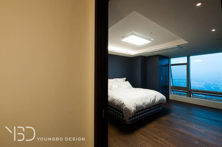 짙은 블루톤의 침실: 영보디자인  YOUNGBO DESIGN의  침실