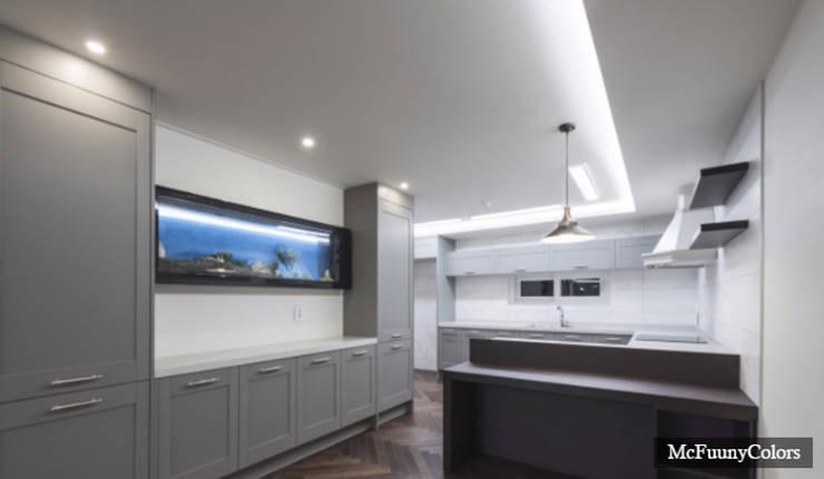 54평 주방 인테리어: 맥퍼니컬러스의  주방