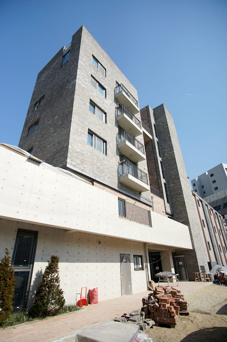 Main Fasade: 라움플랜 건축사사무소의  주택