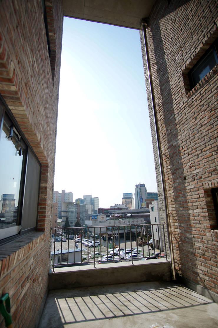 Terrace: 라움플랜 건축사사무소의  베란다