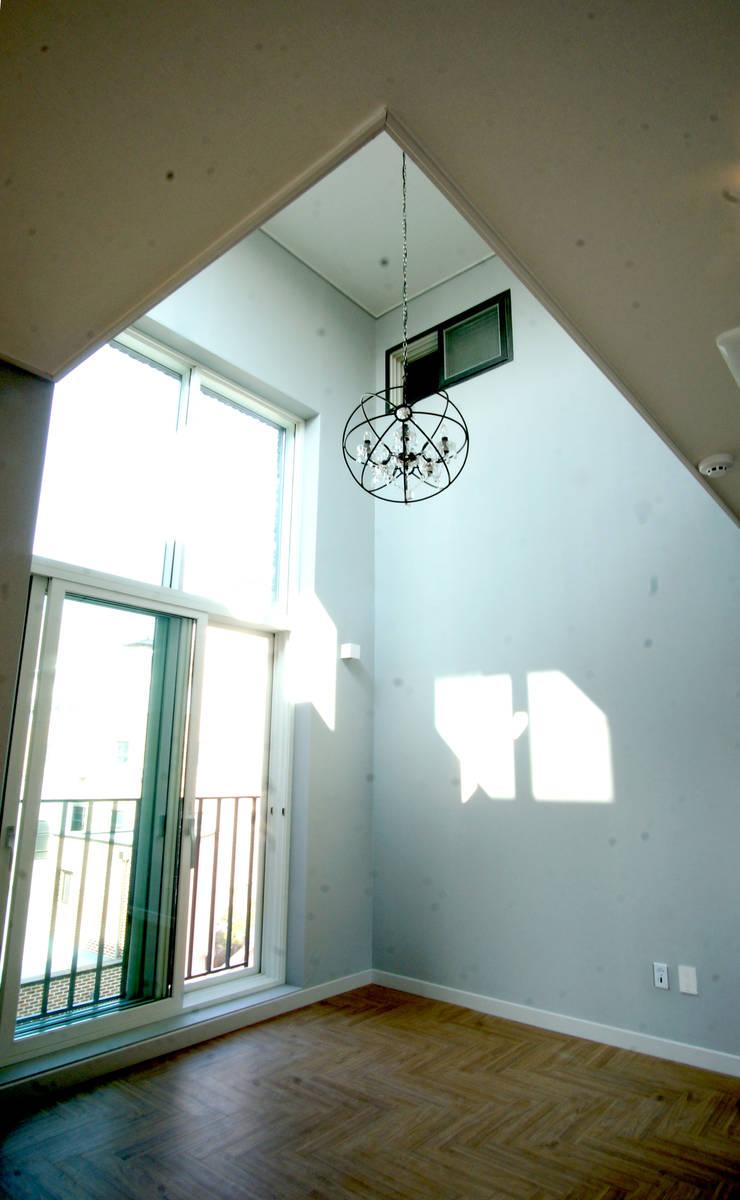 Living room: 라움플랜 건축사사무소의  거실
