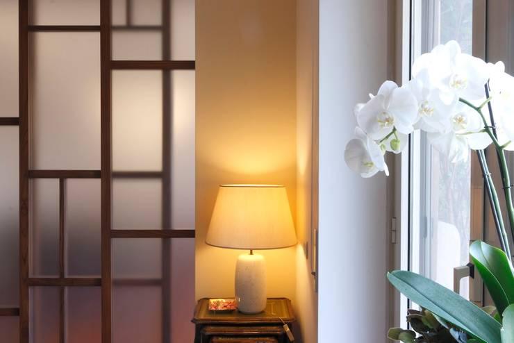 Dettaglio delle porte scorrevoli in legno su disegno: Soggiorno in stile  di Daniele Arcomano