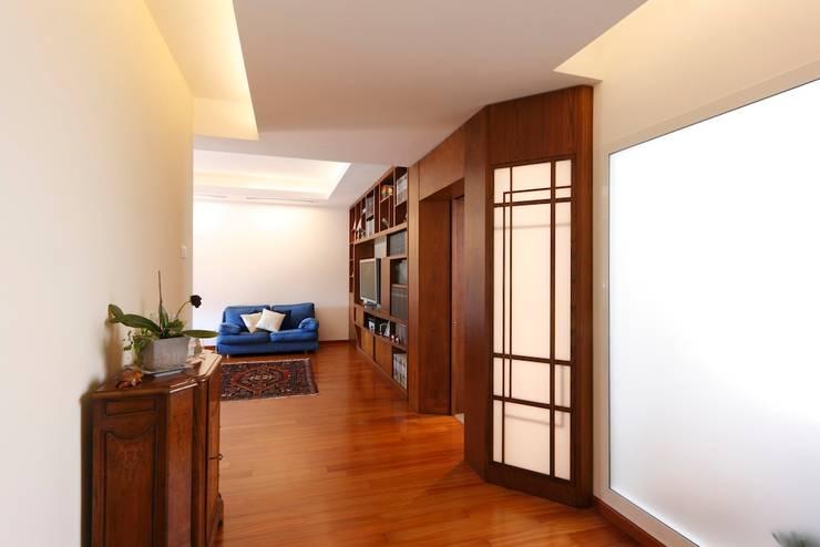 Ingresso: Ingresso & Corridoio in stile  di Daniele Arcomano