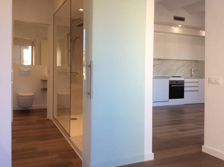 Casa Born -50 m²-, Barcelona. Comedor-cocina.: Pasillos y vestíbulos de estilo  de GokoStudio